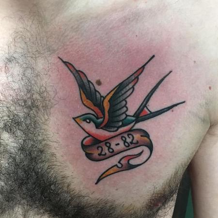 tattoos/ - Golondrina Old School a Color con Cinta - 131063